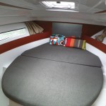 foto interna letto matrimoniale barca a noleggio Jeanneau