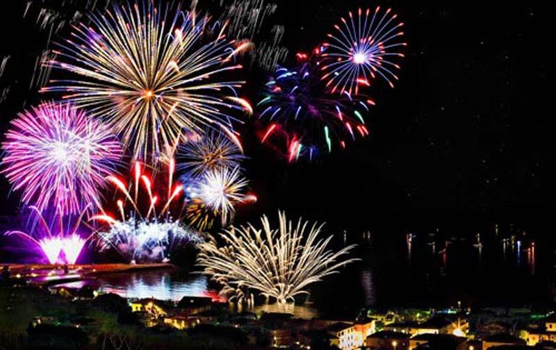 foto di fuochi d'artificio sul mare in toscana